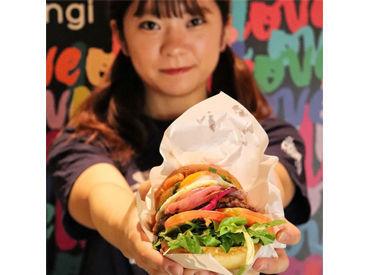 自分だけのカスタムハンバーガーが楽しめると話題♪LAを思わせるスタイリッシュな店内で、あなたらしく働きませんか?