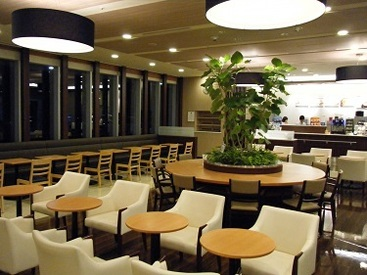 病院内の綺麗なドトールカフェです。 来店されたお客様に安らげる空間を ご提供くださいね♪