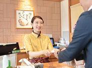 自慢の笑顔でお客様をおもてなし♪注文はタッチパネルなので接客未経験さんも安心◎