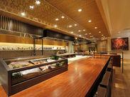 """和食屋さんではめずらしい*オープンキッチン*は """"まるで料亭!?""""と思ってしまうほど♪ 高級感のある、粋な大人が集うお店です。"""
