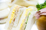 コンビニで販売されている サンドイッチやお弁当などに 具材をのせたりするお仕事☆ とってもカンタン◎ ※イメージ画像