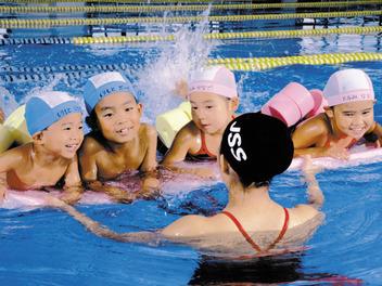 【スイミングSTAFF】たくさんの選手を一緒に育てませんか?≪未経験OK≫たくさんの仲間が待ってます!日本を代表するスイミングスクールで働こう★