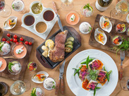 ピカピカのホテルで新しいお仕事スタート★レストランには色鮮やかな料理が並び、毎日わくわくしながらお仕事できます♪