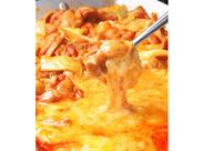 /みんなでチーズタッカルビ♪\ 新メニューが出たら試食会で食べられます! いち早く新メニューをチェックできるんです♪