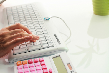 【事務スタッフ】データ入力、電話応対、書類作成etc…人気のオフィスワークです♪≪土日休みでプライベート充実>>