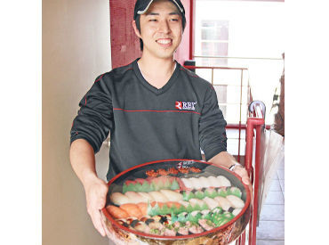 【お寿司宅配STAFF】『銀のさら』のお寿司をデリバリー!にこにこ笑顔でお客様へお届けしましょう♪お店はバス停徒歩「1分」&車通勤もOKです!