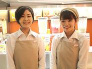学生さんやフリーターさんなど、 女性スタッフが多数活躍しています! まずはジュース提供から!