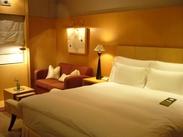 ホテルといえば、ついついやっちゃうのが 「ベッドにダイブ!」 ベッドが綺麗だと、ますますダイブしたくなっちゃう!
