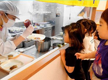 給食が大好きな子どもたち。 毎日調理室を除きにやってきます。 未経験OK!お料理好きさん集まれ☆