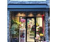 ~いつも花と緑に囲まれて~ ロンドンの街並みのように 気軽に花を飾ってもらえる アレンジメントを製作しています。