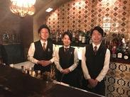 働くスタッフの雰囲気は「アットホーム」が特徴。お店の雰囲気が好き、接客が好き、お酒が好き、色んなメンバーが働いています!