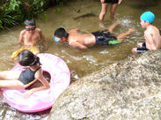 こちらは川遊びの様子◎ 夏は水が冷たくて涼しい!!と子ども達もはしゃぎます♪