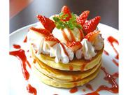 厳選した卵とアーモンドオイルを使った、ふわっふわのスフレパンケーキが大人気♪これを目当てにリピートするお客さま多数!