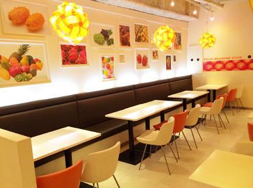 オレンジ色を基調とした温かい雰囲気の店内★ビタミンカラーでほっこり×わくわくする空間ですよ!まずはお気軽に応募から♪