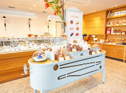 日本で初めて誕生した、フランス菓子専門店。焼き菓子、ケーキなど可愛くて美味しいものに囲まれて働けます♪