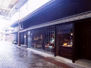 黒漆喰の和風建築を生かした、滋賀県長浜市・黒壁スクエアの一角にあるカフェです★