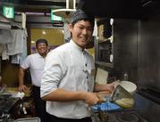 <真剣料理と楽しい職場♪> 仕事中はみんな真剣! その中で発揮されるチームワークは、職場を楽しくします☆