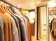 {試着の案内}をしたり、{服をキレイに畳んだり}♪ 皆さんがお買い物に行ったときにやってもらっていることがお仕事★