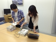 ICチップ内蔵のシールを書籍に貼る簡単な作業です。短期のお仕事なので気軽に始められますよ!