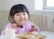 子どもたちの笑顔がうれしい、やりがいあるお仕事です。プライベートでも活かせる、料理の技も身につきますよ!