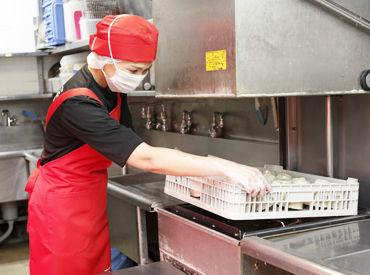 お皿を入れて、フタを閉めたら洗浄開始★ 他にも、シャリにネタを乗せるなどの調理補助もあり◎ どれもカンタンですよ!