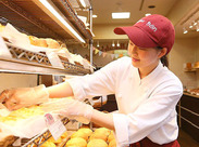 """レジや接客をはじめ、試食を切ったりパンを揚げたり…オリジナルのパンもたくさん!アナタのアイデアが新商品になるかも♪"""""""
