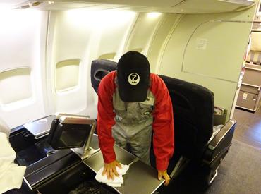 """【飛行機内のクリーンStaff】/ 滑走路から""""飛び立つ飛行機""""が 間近で見れる!?\ヘッドフォンを片付けたり、毛布を畳んだりetc…→本当にカンタン!!"""