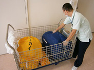 各病棟を回り、使用済みリネン等の回収をします。