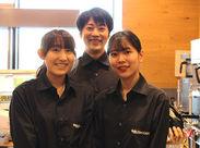 光が差し込む明るい店内♪スタッフもわきあいあい働いています!カフェでのお仕事が初めての方も大歓迎です!