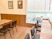 木目調がポイントの店内はイートインスペースも完備★ 綺麗な空間で落ち着いてお仕事できます♪ 食事補助で食費も節約◎