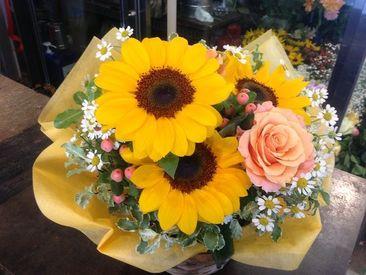 季節に合わせた色とりどりのお花がズラリ!可愛がってくださいね♪