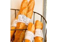 良い香りつれられて、ついつい寄ってしまう、パン屋さん♪ 買いにくるお客様は笑顔であふれています。