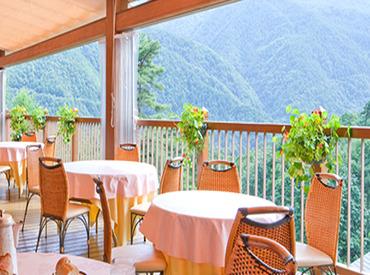 景色・料理を楽しめる [ホテルアンビエント安曇野]のレストランで、 接客・お料理の提供をお任せします♪