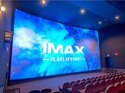 \迫力満載!最高の映像が見られる映画館♪/ お仕事はみんなで丁寧にお教えします◎ 少しずつ慣れていけばOKです*゜