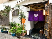 お店は神楽坂通りから入った石畳の路地に。「敷居が高そうって思われるけどそんな事ないんです。皆さん大歓迎です!」By店長