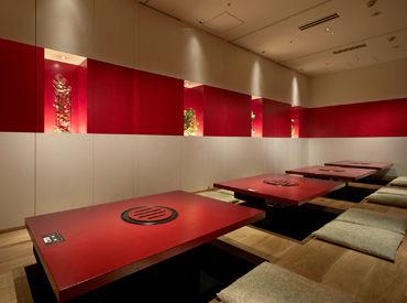 【秋葉原店】 一昨年リニューアルしたキレイな店舗* 木をベースに和紙を使用した店内は 赤をポイントに使用した和テイスト♪