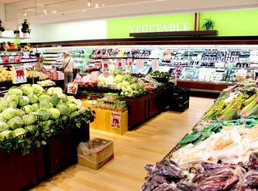お願いするお仕事はとってもシンプル♪ 野菜や果物をカットして、店頭に並べるだけ。 初めてのパートにもオススメです!
