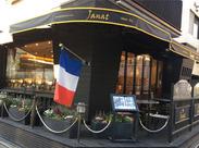 パリの街かどを想わせるお店。8名の女性スタッフが活躍中♪