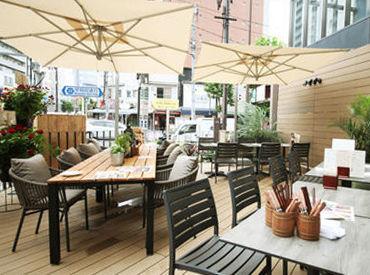 明治通りと早稲田通りが交差する 賑やかな大通りに面したお店です◎ テラス席はまるで海外のような雰囲気! 気分も上がります♪