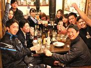 写真はお酒の試飲会の様子(゚∀゚)!! こうやってたくさんのスタッフと一緒に行うので楽しい♪ みんなとスグに馴染めますよ◎