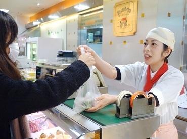 【惣菜販売スタッフ】自分の売った商品で誰かが幸せに。それって何だか嬉しくないですか?時給1000円スタート♪交通費支給★週3日3h~OK♪高校生OK