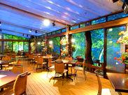 温もりある木のテーブルや彩り豊かな花飾りetc*フラワーガーデンテラスが限定OPEN☆彡お洒落空間でリラックスして働けます♪
