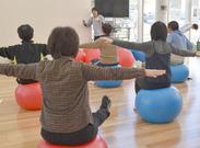 お客様の健康体操の指導をします。