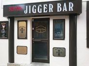【木目調がカジュアル】60年代のアメリカンBARのような店内◎気軽に、気さくに飲みに来られるようなBARを目指しています☆