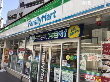 目白駅から高田馬場方面にまっすぐ進んで、T字路「学習院下」にあるコンビニです♪駅チカなので通勤も便利◎