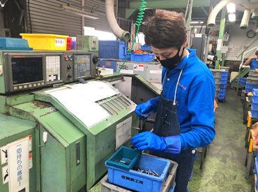 製造機械1台での作業時間は1分足らず! 同じ作業をモクモクと繰り返す… 慣れれば無心で作業できますよ◎