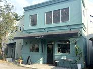 きれいなあさぎ色がオシャレな店がまえ。2階は5席だけの、ゆったりしたCafeになっています+.☆゚