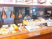 お客様が、天ぷらなどをセルフで選びます♪机に出向いて注文を聞く事もないので、お仕事らくらく☆彡