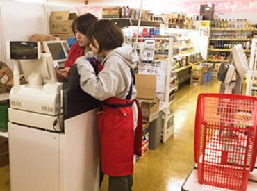 【店内スタッフ】シフトの曜日固定ができるからWワークや家族の用事も両立できる♪スーパーなのに《 正月連休 》あり★10~50代幅広く活躍中