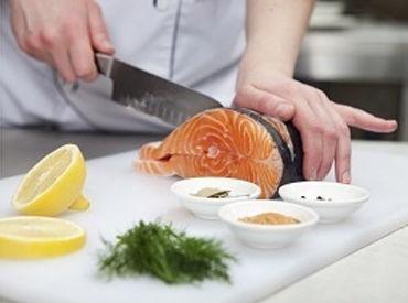 ◆女性スタッフ活躍中の職場◆  食材のカットや料理の盛り付けなど  モクモク調理補助のお仕事♪